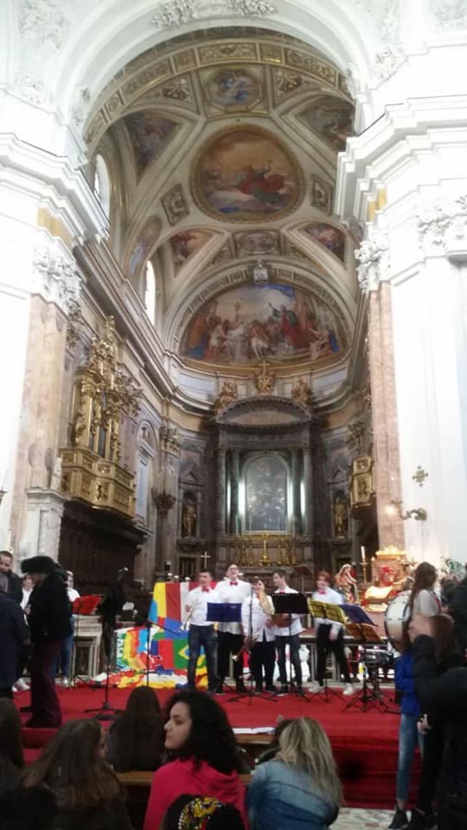 Esibizione  dell'orchestra di fiati e percussioni nel Duomo di Aversa per la Festa dei Popoli